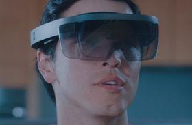 Slik ser selve Hololens-brillen ut. Den kontrolleres ved hjelp av stemmen og bevegelser.