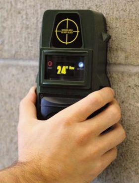 Dingsen holdes inntil veggen, og så trykker du et par knapper for å sjekke om det er tegn til bevegelse på innsiden.