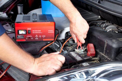 Man må fortsatt være litt varsom med lading av startbatterier i bil. Men en elektronisk styrt lader gjør vedlikeholdet vesentlig enklere.