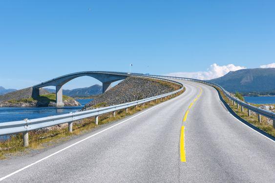 Storseisundet bro langs Atlanterhavsveien.
