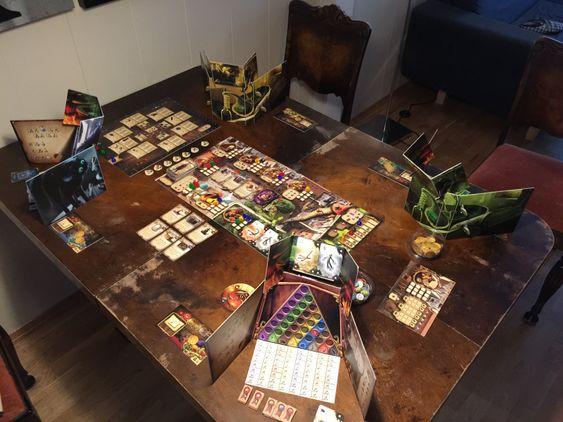 Alchemists med fire spillere. Hver spiller har sin egen spillskjerm for å skjule forskningsresultater og trylledrikkblanding.