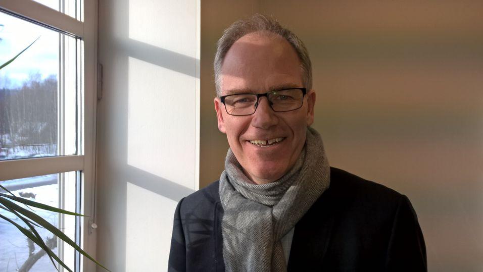 Daglig leder Steinar Svalesen i Meawallet vil både la deg betale og låse opp døra med mobilen.