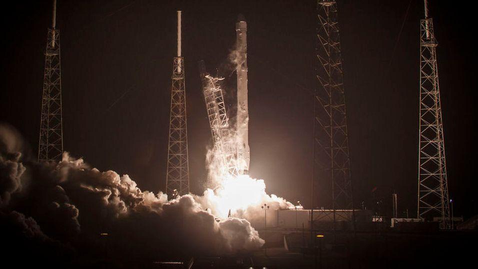SpaceX skal nå forsøke å lande raketten sin på land. Dette bildet viser en tidligere oppskytning.