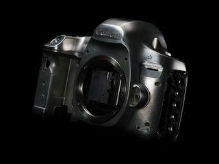Skjøtene på kamerakroppen, og dermed også værtettingen, skal være forbedret siden 5D Mark III.