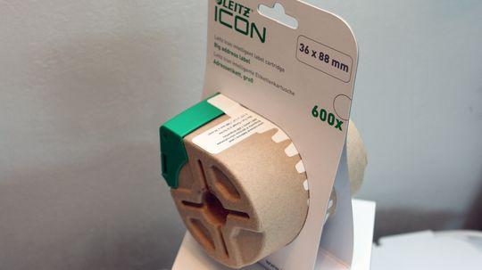 Etikettene kommer på rull i miljøvennlige pappkassetter.