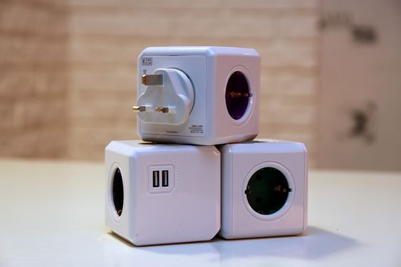 PowerCube i ulike varianter. Den øverste er reiseadapteren, hvor støpselet kan byttes ut.