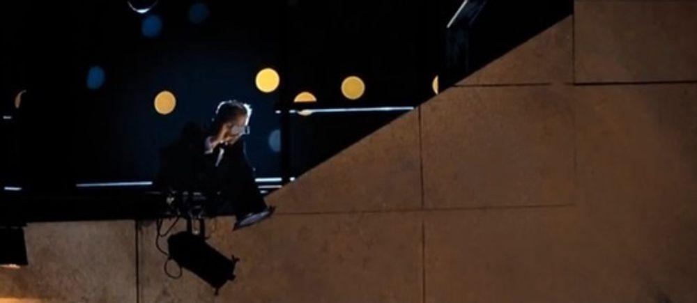I Skyfall bruker Jamers Bond kameraet i mobilen. Her snikfotograferer han et hemmelig møte.