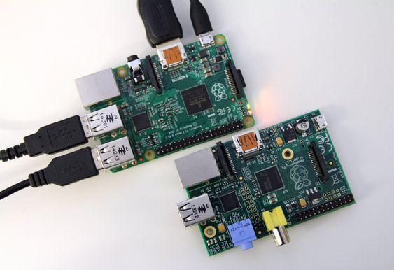 Raspberry Pi Model B nederst, Raspberry Pi 2 øverst.