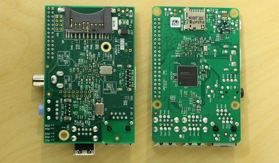Til venstre den første Raspberry Pi, som har stor SD-minnekortplass, flere utstikkende kontakter og dårligere plasserte festehull.
