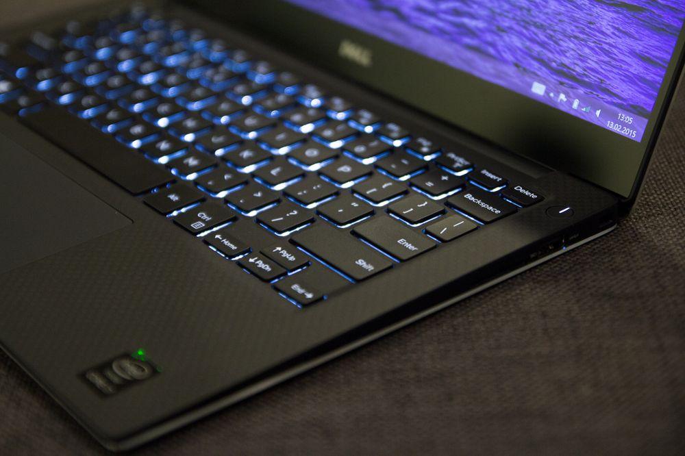 Karbonfiberet glir pent over i det sorte tastaturet, som er bakbelyst.