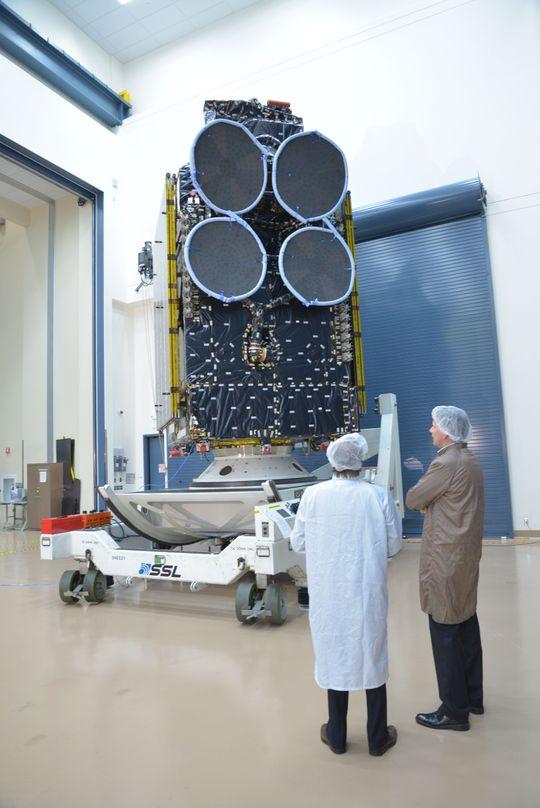 Thor 7 står klar til å bli sendt til oppskytningen, med antenner og solcellepaneler lagt inntil kroppen.