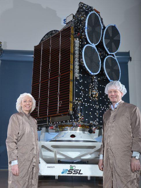 Oddveig Tretterud, direktør for Thor 7-programmet til venstre, og administrerende direktør i Telenor Satellite Broadcasting, Morten Tengs.