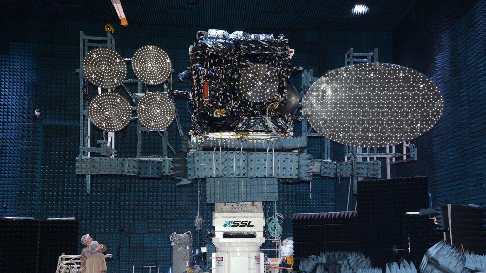 Her står Thor 7 under en test av radiokommunikasjonen. Parabolene til venstre vil levere datakommunikasjon til maritime brukere over Ka-båndet, mens den store antennen til høyre vil levere HD- og UHD-TV til Nord- og Øst-Europa over Ku-båndet.