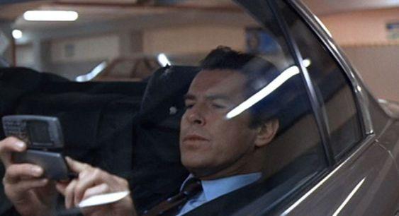 James Bond lot til å være rimelig fornøyd med å kunne styre bilen sin ved hjelp av skjermberøringer på Ericsson JB988.