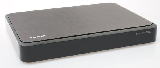Flat og småelegant, med en tykk metallplate på toppen.