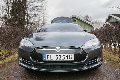 Selv om det er vanskelig å se forskjell på Model S-modeller, har siste utgave fått et langt større batteri sensorer som tillater den å hjelpe føreren under kjøring.