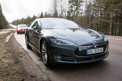 Tesla har rullet ut ny programvare som tillater Model S å kjøre selv under enkelte forhold. Videoene som har dukket opp de siste dagene viser at man likevel bør følge godt med.
