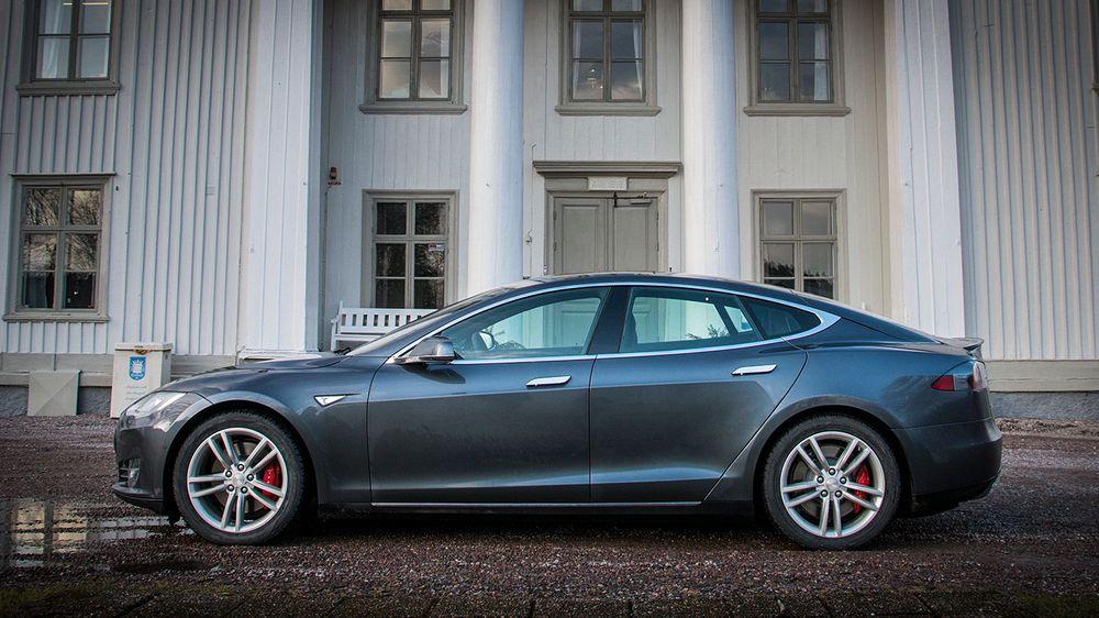 I løpet av sommeren skal det komme en stor oppdatering til de nyeste Teslaene. Her har Tesla måttet moderere påstandene litt, etter å først ha omtalt oppdateringen som en autopilot.