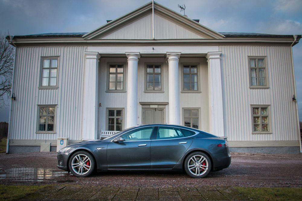 Tesla gjorde suksess da de for ett år siden lanserte Model S i Norge. De siste dagene har de aller første eksemplarene av den helt nye D-versjonen blitt levert til norske kunder. Vi ble med én av de nye Tesla-eierne på hans første tur med sin Model S P85D.