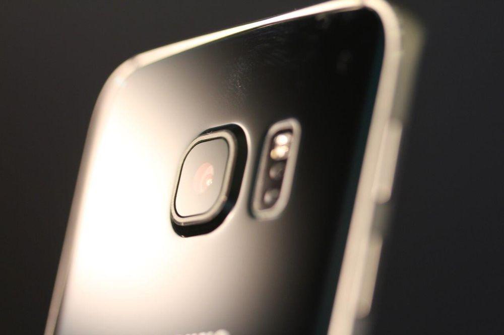 Kameraet stikker litt ut. Her ser du hvordan det ser ut på Galaxy S6.