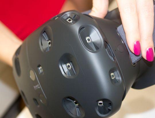 Brillen har haugevis av sensorer som plukker opp laserlyset fra de to basestasjonene som henger i taket. Når vi nærmer oss ytterpunktene for «laserkartet» får vi beskjed gjennom gradvis tydeligere vegger som blandes inn i opplevelsen.