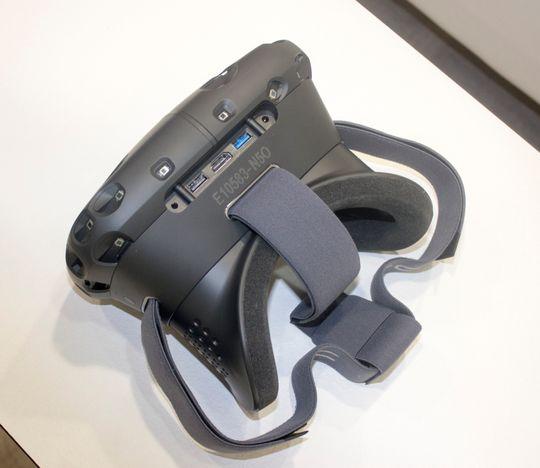 Brillene har flere tilkoblingspunkter på toppen. Her kan du også koble til dine egne hodetelefoner.