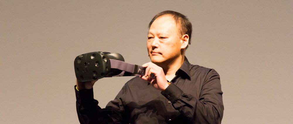 HTC-sjef Peter Chou viser frem HTC Re Vive fra scenen under et arrangement her i Barcelona.