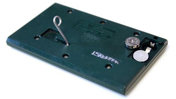 De vanlige spillene hadde støtteben som gjorde den til en dekorativ klokke. Alarm hadde den også. Batteriene var av samme type som ble brukt i blant annet kalkulatorer.