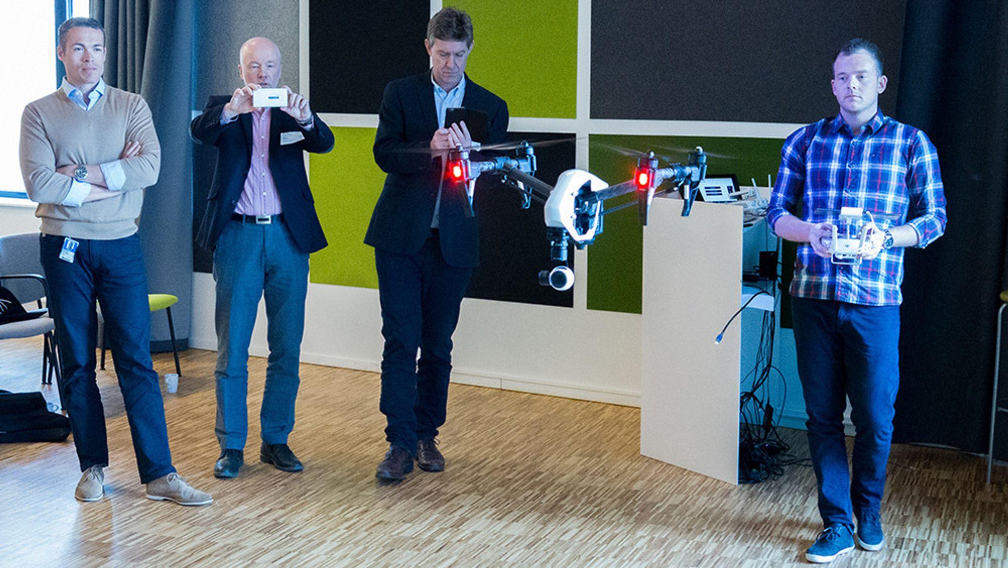 Moro på presentasjon, men dronen er også både nyttig og kostnadsbesparende for norske nettselskapet. Her ved Eilert Henriksen, nettdirektør i Fredrikstad Energi (nummer to fra venstre) og Jan Erik Brattbakk, nettdirektør i Ringeriks-kraft (nummer tre fra venstre).