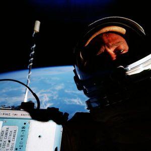 Verdens første romselfie.