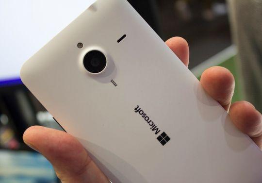 Lumia 640 XL i matt hvitfarge minner undertegnede mest om en flatpresset Nokia 808 PureView.