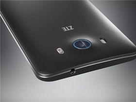 Telefonen er ikke direkte tynn med sine 9,8 millimeter, og på toppen av det hele stikker kameraet litt ut bak.
