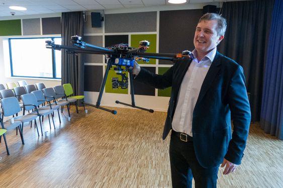 Knut H. Johansen, sjef for ESmart Systems, viser stolt frem droneprototypen som skal få en stor rolle å spille i selskapets analyse- og overvåkningssystem.