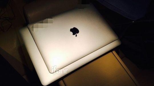 Dette skal være et bilde av den nye MacBook Air med retinaskjerm på toppen av en gammel MacBook Air 13.