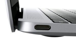 Én eneste USB-C-inngang er det du får. Denne kan lade opp maskinen, fungere som skjermutgang og overføre filer.
