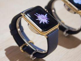 Dyreste variant Apple Watch skal koste over 130 000 kroner. Det som kanskje var slike klokker ble utstilt inni et glassbord.