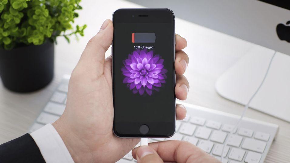 En iPhone må gjerne lades en gang midt på dagen, og Jony Ive benekter det ikke.