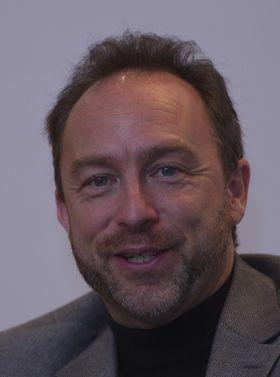 Wikipedia-grunnlegger Jimmy Wales mener han har mange gode grunner til å saksøke NSA.