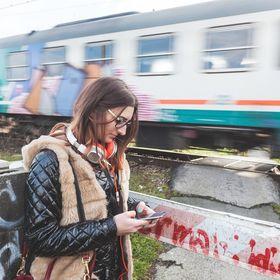 Gjør som denne kvinnen, og skriv meldingen uten å krysse togskinnene samtidig.