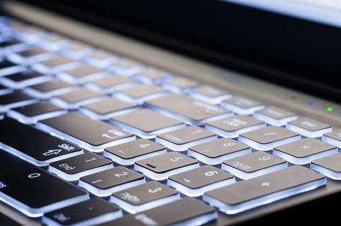 Tastaturbelysningen er kjekk på kvelden men bruker også strøm. Slå det av om dagen.