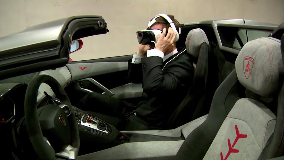 Her «kjører» han Lamborghinis nye superbil med VR-briller