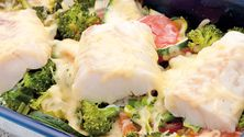Når fisken og grønnsakene får ost på toppen blir alt spist