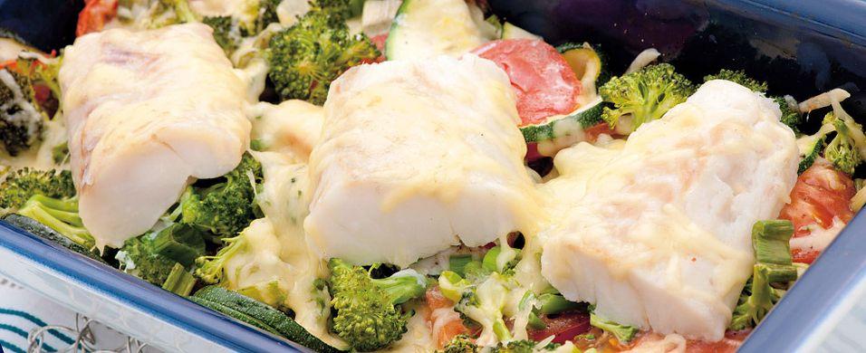 DAGENS RETT: Når fisken og grønnsakene får ost på toppen blir alt spist
