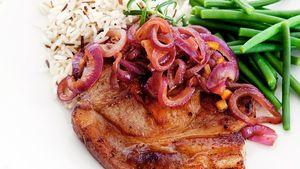 Gjør kotelettene festfine med rødløksmarmelade