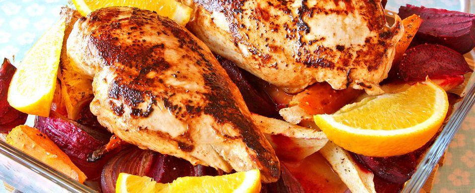 DAGENS RETT: Kyllingen smaker ekstra godt med ovnsbakte rotgrønnsaker