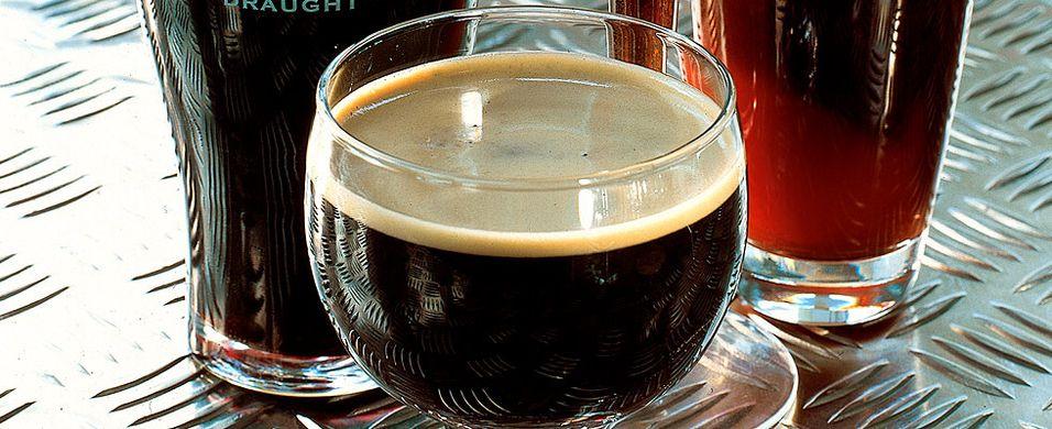 Varmende drink med mørkt øl
