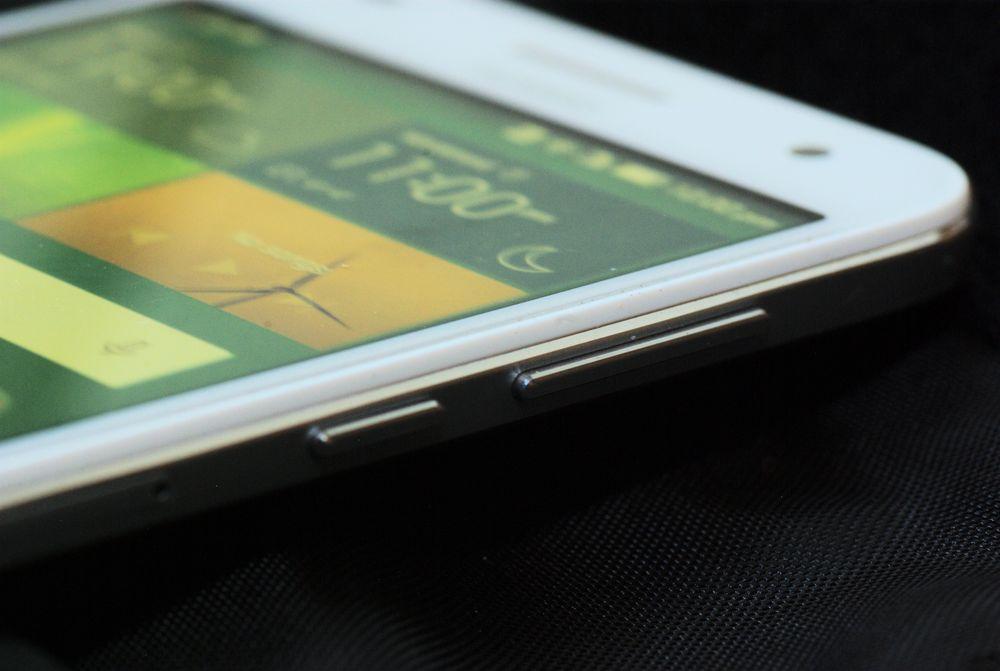 Aluminiumen bretter seg rundt kantene av telefonen.