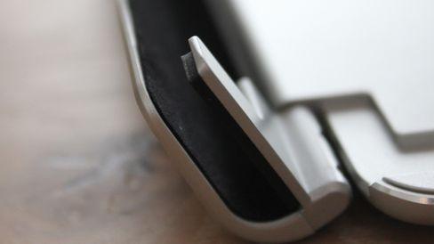 Klemmen er polstret så det ikke skal bli merker i nettbrettet ditt.