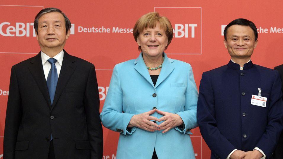 ÅPNINGSSEREMONI: Forbundskansler Angela Merkel åpnet årets Cebit-messe. Her flankert av Kinas visestatsminister Ma Kai (til venstre) og Jack Ma, sjefen for verdens største netthandelsfirma, kinesiske Alibaba.