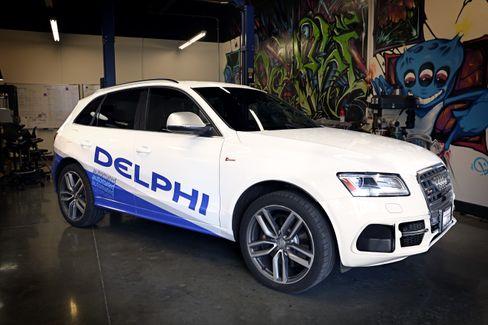 Audi har sin egen prototype på en selvkjørende bil som har kjørt skadefritt mellom San Francisco og Las Vegas, men også andre selskaper blander seg inn. Her en Audi med utstyr fra Delphi.